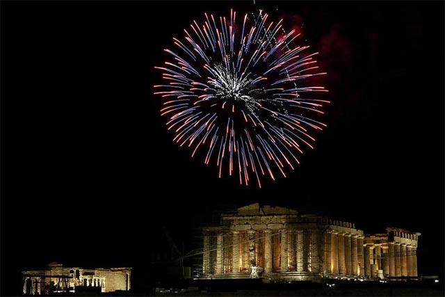 Fuegos artificiales sobre el Partenón (Atenas), el pasado 1 de enero.   Efe