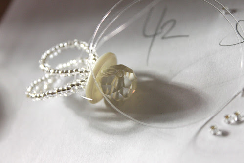 Herstellung eines Ringes aus Rocailleperlen und Knöpfen