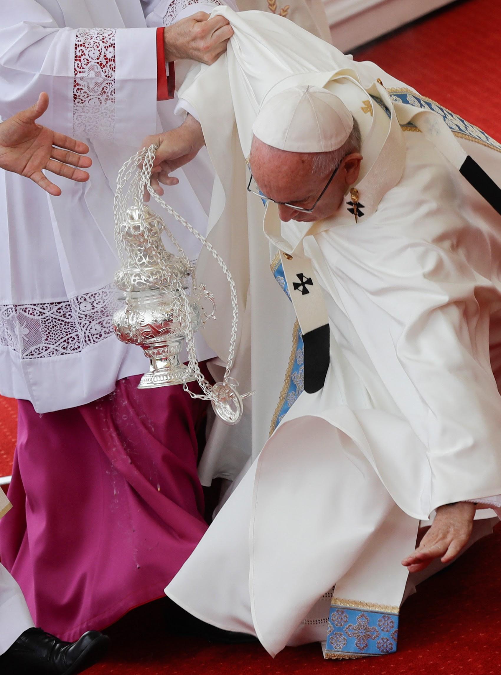 Papa Francisco recebeu ajuda de bispos e padres para se levantar após cair durante missa (Foto: Gregorio Borgia/AP)