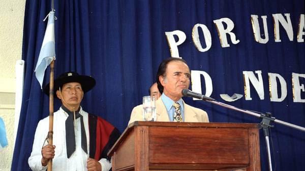 Carlos Menem anuncia la licitación de una base espacial durante la inauguración del ciclo lectivo del '96 en Tartagal, Salta. (TELAM)