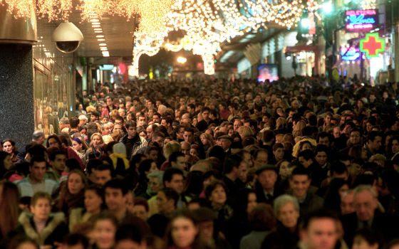 La calle Preciados, en Madrid, abarrotada de gente en Navidad.