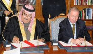International Peace Institute President Terje Rød-Larsen signs an agreement with Bahrain's Minister of Foreign Affairs Shaikh Khalid bin Ahmed bin Mohammed Al Khalifa. (mofa.gov.bh)