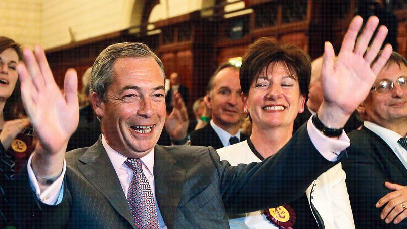 Le chef de file de l'Ukip, Nigel Farage, dimanche soir à Southampton aux côtés de la candidate de sa formation, Diane Jones, au prononcé des résultats de la région Sud-Est.