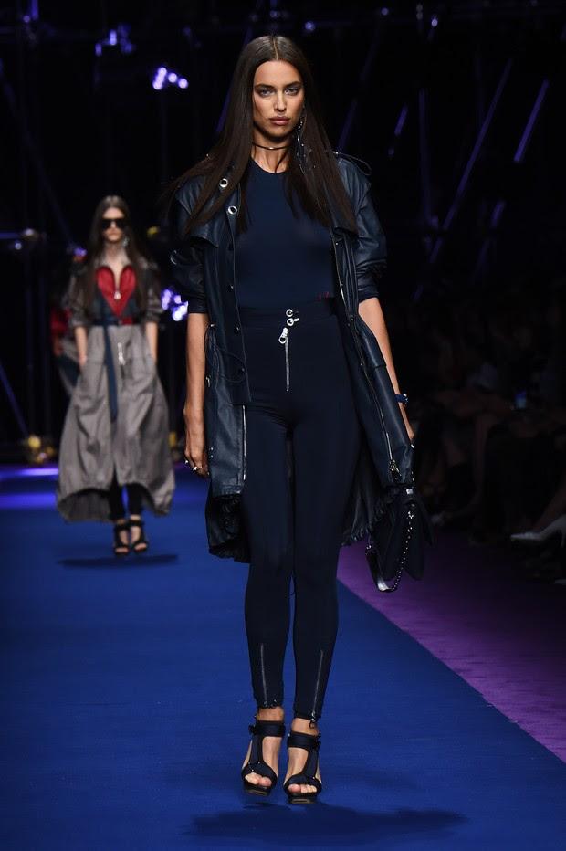 Irina Shayk desfila na semana de moda de Milão (Foto: AFP)
