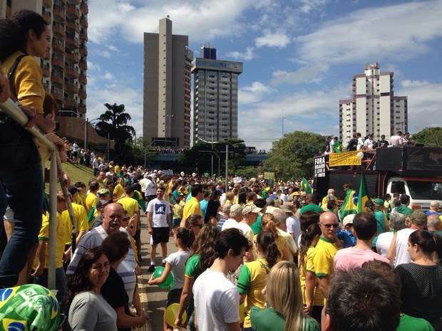 Centenas de pessoas estão reunidas na avenida 9 de julho (Foto: Vinicius Whitehead/ TV TEM)
