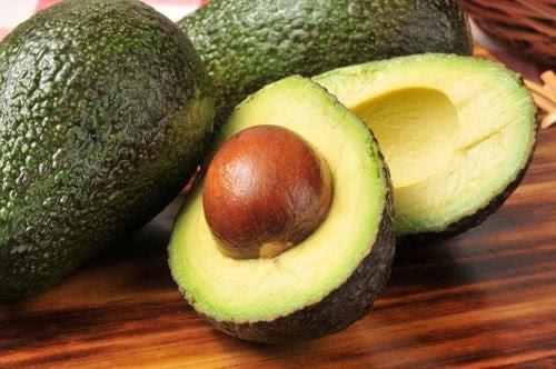 7 razões para nunca mais jogar fora as sementes de abacate