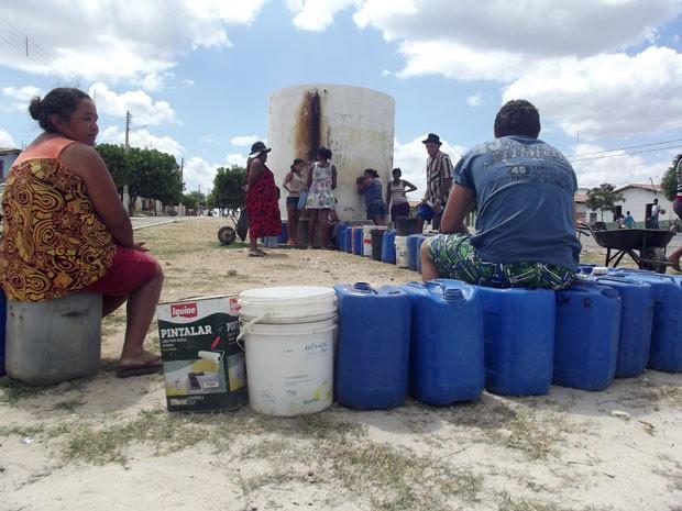 Moradores de Ipueira, no Seridó potiguar, precisam fazer fila para conseguir água  (Foto: Anderson Barbosa/G1)