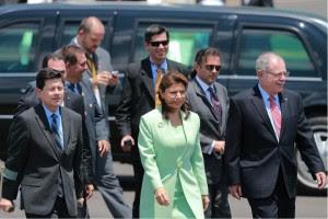 De izquierda a derecha, el Exministro de Comunicación, Francisco Chacón, la Presidenta, Laura Chinchilla y el VIcepresidente, Luis Liberman. Imagen del FB de Casa Presidencial.