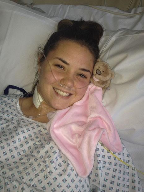 Imagem mostra a jovem inglesa Jessica Curphey, de 20 anos, ainda no hospital, onde passou por cirurgia para remover rim danificado. Médicos afirmam que ela possuía 4 rins (Foto: Caters)