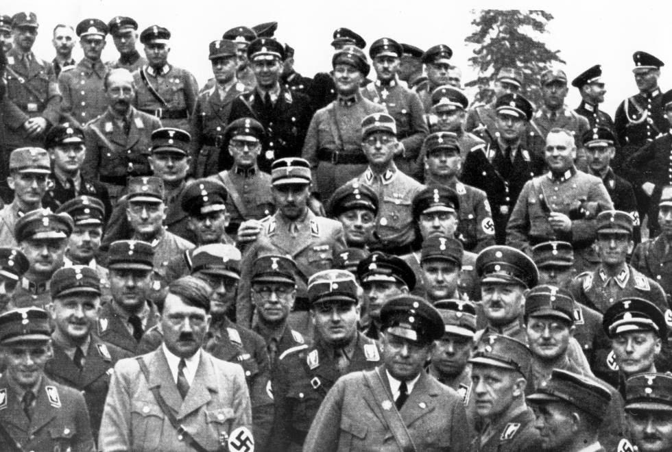 Oficiales nazis, junto a Hitler, en julio de 1933.