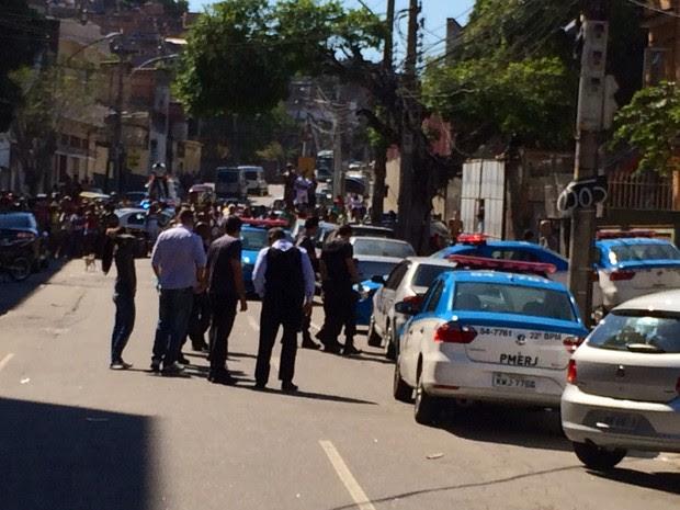 Corpos foram encontrados dentro de veículo abandonado em Benfica, na Zona Norte (Foto: Henrique Coelho / G1)