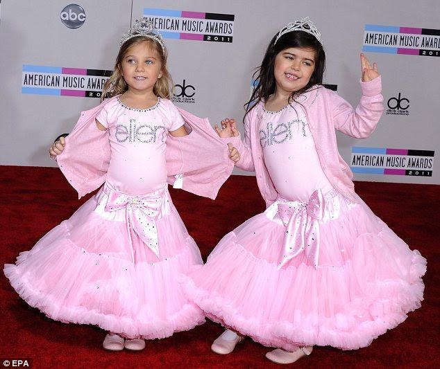 Tornar-se global: Internet estrelas Sophia Graça Brownlee e Rosie Graça McClelland mostrou seus passos de dança
