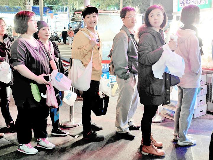 randy queuing for Hao Da Chicken Cutlet 豪大大鸡排 Taiwan
