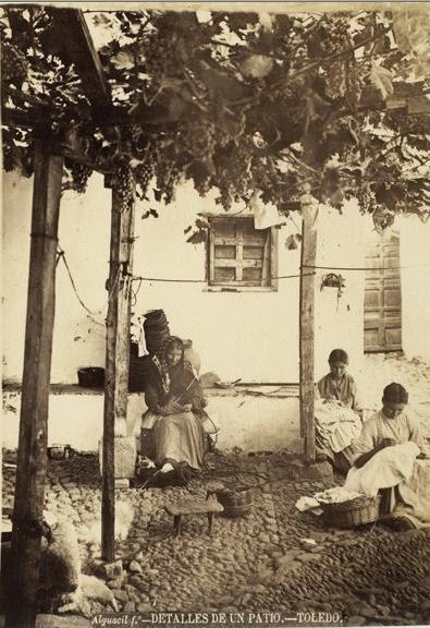 Patio típico toledano hacia 1880. Fotografía de Casiano Alguacil. Copia conservada en el Museo D´Orsay