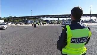 Cossos de seguretat francesos fent controls al peatge de la localitat francesa del Voló