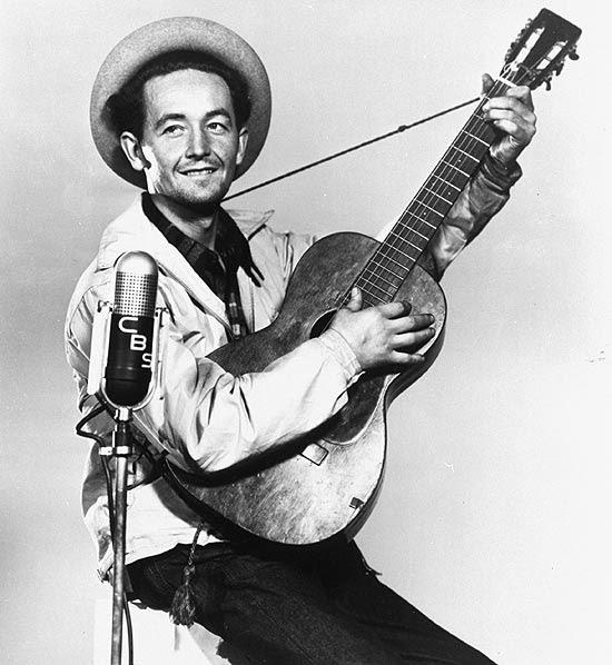 O cantor folk norte-americano Woody Guthrie em foto de 1944