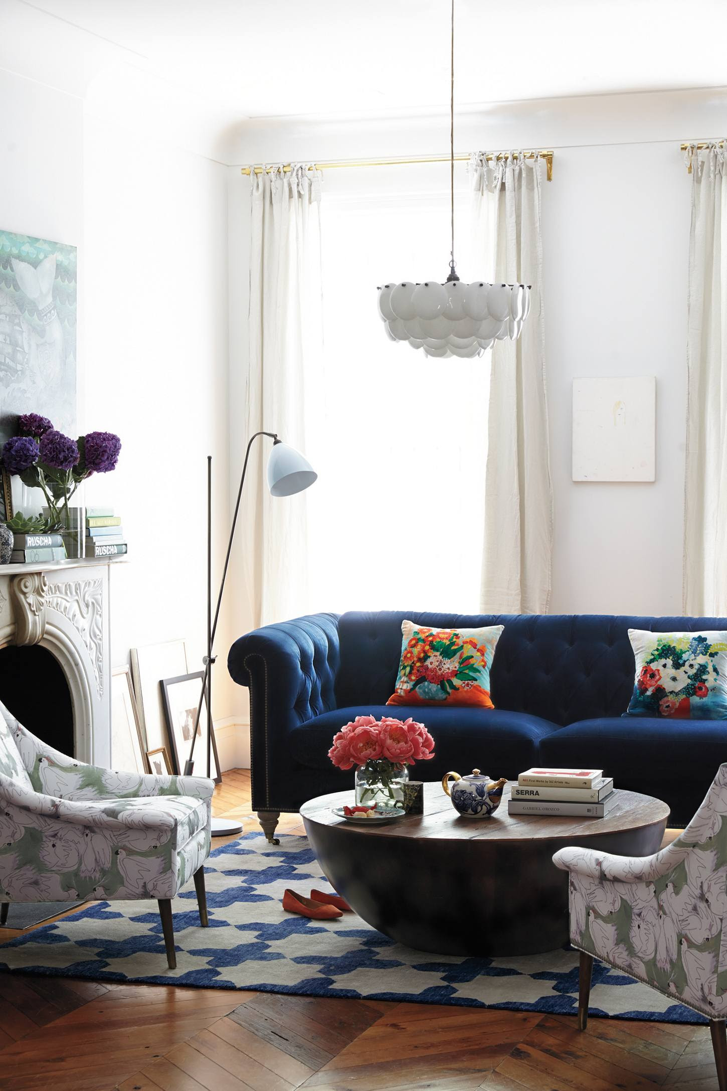 25 Stunning Living Rooms with Blue Velvet Sofas