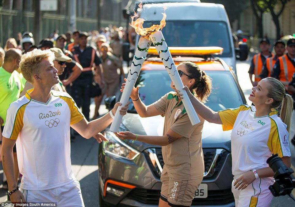 Cody Simpson iluminado tocha olímpica irmã mais nova de Alli para ela correr pelo Rio de Janeiro hoje, no período que antecedeu a cerimônia de