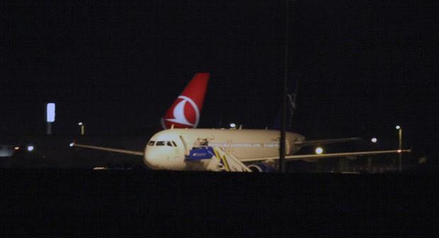 Avião sírio de passageiros parado no aeroporto de Ancara, na Turquia, nesta quarta-feira (10) (Foto: AFP)