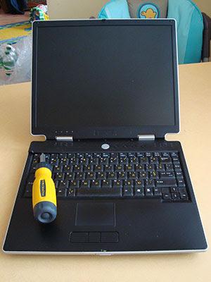 Разбираем ноутбук ASUS M3. Поддеваем верхнюю крышку отверткой, в районе кнопки F1 есть специальная выемка.
