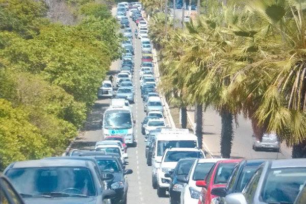 Fiscalização da Polícia Militar gera engarrafamento no acesso ao litoral Sul