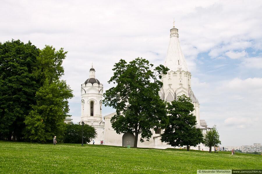 Колокольня церкви Святого Георгия Победоносца и церковь Вознесения Господня в Коломенском
