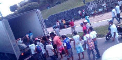 Caminhão foi saqueado durante a manifestação / Foto: Nathany Lins/comuniQ
