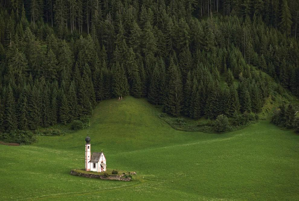Часовня Святого Иоганна одна-одинешенька скромно стоит на просторном альпийском лугу.