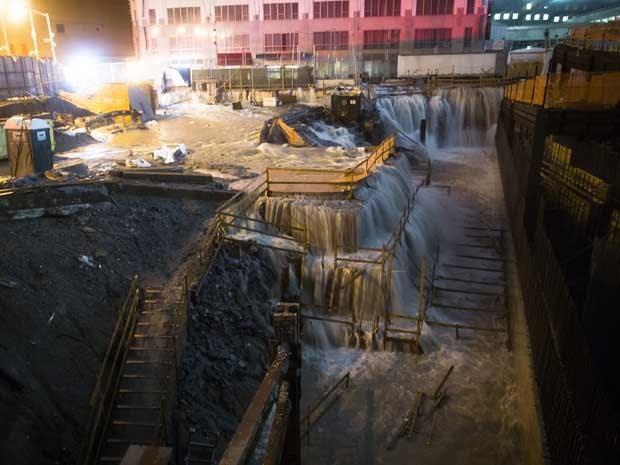 'Sandy' provoca inundação nas obras do Marco Zero, em Nova York. (Foto: John Minchillo / AP Photo)