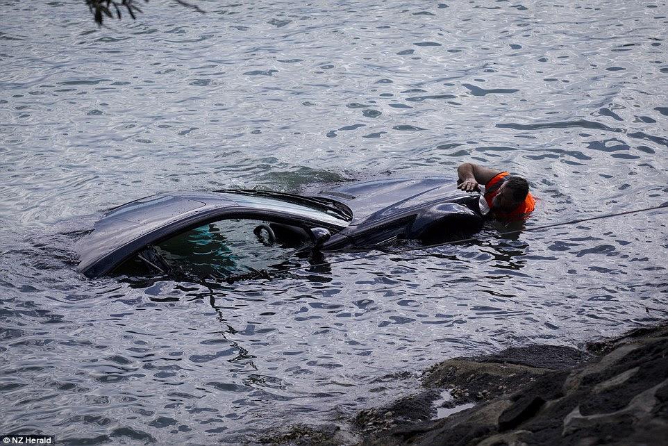 El hundida BMW es una prueba alarmante de que la mujer no se habría logrado sin la ayuda de los policías de pensamiento rápido