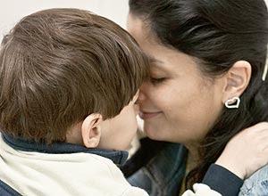 L.S, 3 anos, durante uma consulta com sua mae Deise de Andrade Santos, 28, no ambulatório de autismo do HC