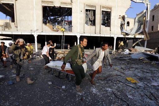 El bombardeo tuvo lugar cuando personas expresaban sus condolencias a la familia del ministro rebelde del Interior, Yalal al Ruishan, en el barrio de Al Jamsín, en el sur de Saná.