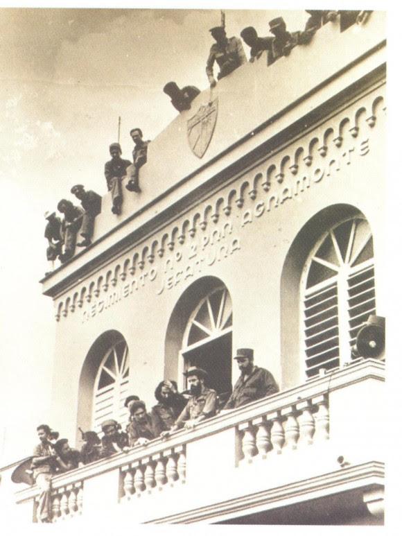 Fidel y Camilo en el balcón del regimeinto de la policia de Camagüey el 21 de octubre de 1959. Foto: Arciivo del Autor / Cubadebate