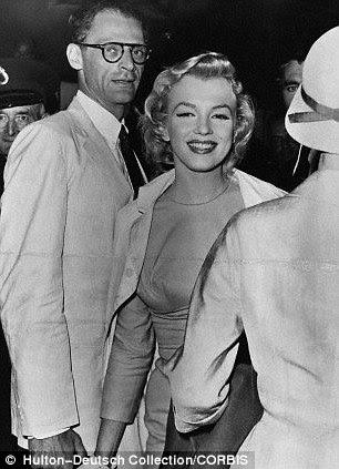 com seu marido Arthur Miller, em Londres, outubro 1956