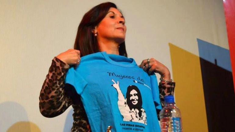 Susana Timarco con una remera de Cristina Kirchner: el gobierno anterior le otrogó millones de pesos a la madre de Marita Verón