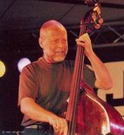 Dave Holland in actie tijdens North Sea Jazz 2003