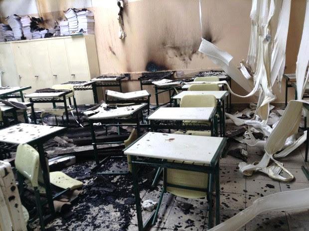 Sala ficou destruída após incêndio em escola da Vila Machado, em Jacareí. (Foto: Reprodução/TV Vanguarda)