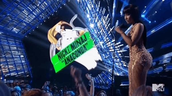 """Primeiro Nicki recebe um prêmio por seu vídeo """"Anaconda"""", que é basicamente um Beta música-tema do gatinho.  Quando ela entra no palco, a tela atrás dela mostra Nicki livrando um gatinho."""