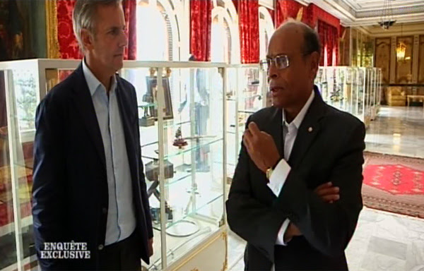 Bernard de La Villardière en mission de vernissage auprès du caniche des Frères musulmans en Tunisie.