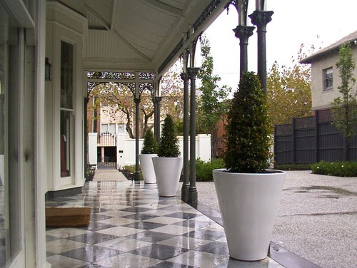 Gambar teras rumah minimalis modern dengan lantai keramik (Houzz)