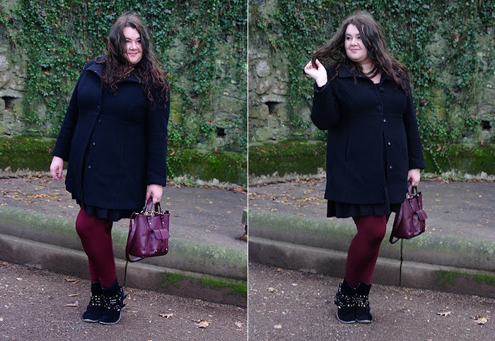 Große Größen Plus Size Fashion Blog burgundy maroon Bordeaux leggings curvy bib bag