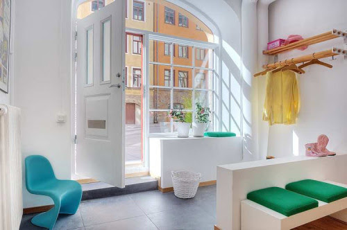 bright entryway (via desire to inspire)