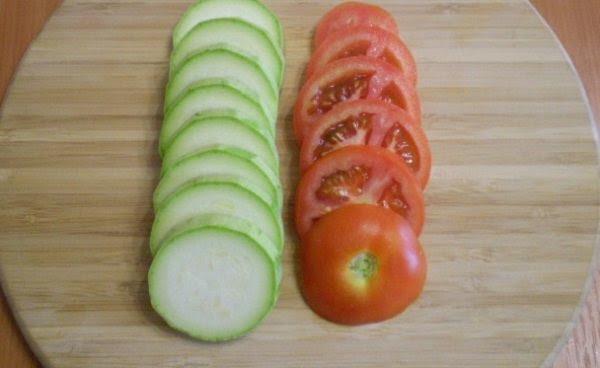 нарезанные кабачки и помидоры