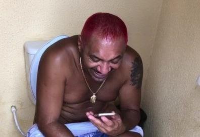 Deputado Tiririca posta vídeo na privada e imagens viralizam na web