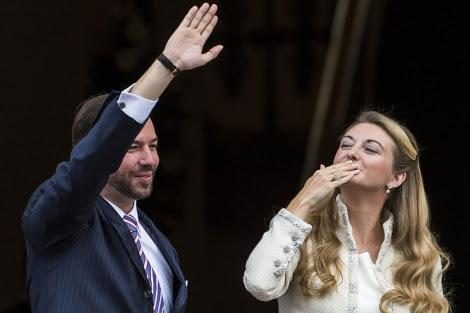 El Príncipe Guillermo y su esposa, a su llegada a la boda civil.   AFP MÁS FOTOS