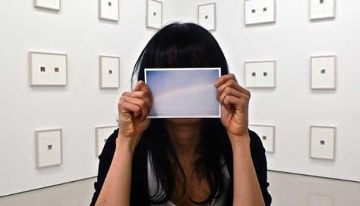 autorretrato Aviones de papel, por Dawn Ng