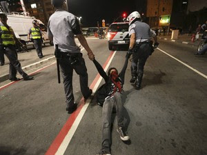 Um manifestante do Black Bloc é arrastado ao ser detido por policiais militares durante um protesto contra O governador Geraldo Alckmin, em São Paulo. (Foto: Nacho Doce/Reuters)