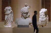 Busto de Antinoo entre dos esculturas de Segóbriga