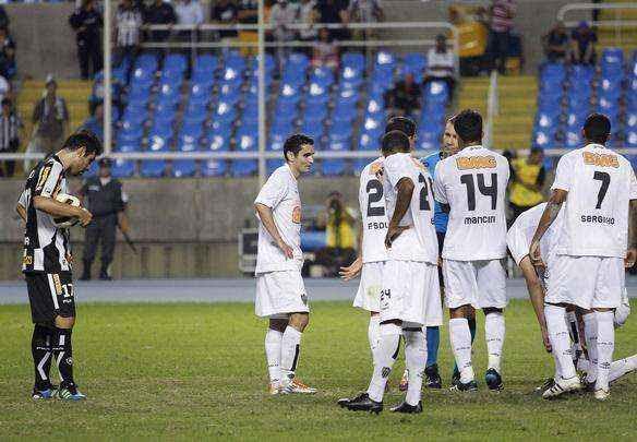 Lance da partida entre Botafogo e Atlético, no Engenhão, pela Sul-Americana  - Rudy Trindade/Folhapress