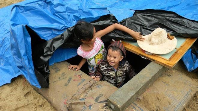 Người dân Quảng Nam xây hầm chống bão Haiyan - Ảnh: Bàn Thạch.